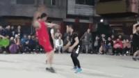 小伙篮球比赛假摔看懵对手 网友: 被耽误的演员