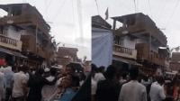 印度三层建筑突然坍塌 看热闹人群从楼上坠落