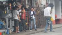 爆笑恶搞: 乞丐一边用手机一边抽雪茄, 测试路人的反应