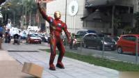 国外恶搞: 扮成钢铁侠街头表演超能力, 路人看完一脸冷笑