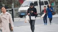 女子马路上边走边玩手机, 3秒后被卷入车低, 监控拍下事故全程!