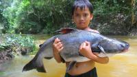 丛林小河边, 小伙烤一条20斤的大鲢鱼, 这一顿能吃得完吗?
