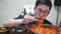 韩国吃货小哥, 吃芝士汤火辣无骨鸡爪炖粉条和紫菜饭, 又辣又过瘾