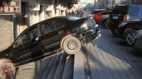女司机这样停车无疑是对车的一种摧残, 请放过那辆车吧!