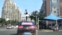 男子单腿站行驶车顶炫技 交警喊话: 来接受处罚