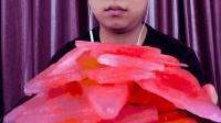吃西瓜味冻冰块, 听脆脆的声音!