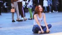 广场上坐着一枚牛仔裤女孩, 隔着屏幕就喜欢上她了