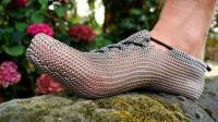 用不锈钢做的跑鞋, 锁子甲构造, 像双网袜, 穿着跑步有何好处?