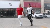 两位美女的鬼步舞配合默契, 音乐律动感很强, 跳起来帅气十足