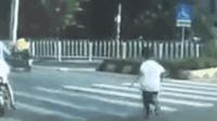 叫你皮! 熊孩子马路口跳下车狂追家长百米