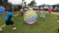 露营日记#5 巨大的充气躲避球 被打到就要出来 新竹尖石 自然野趣露营区 玩具开箱