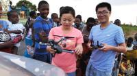中国小伙去非洲飞无人机, 被当地村民层层包围