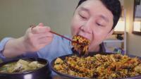 韩国吃货小哥, 吃一大碗拌饭和海鲜大酱汤, 大口吃的真香