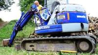 萌娃在工地现场修理故障的挖掘机!