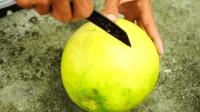 农村延用了几千年的开柚子方法, 简单粗暴高效, 你家是这样开吗?