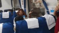 火车又现霸座外籍女 被拍摄后朝人群泼水