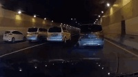嚣张! 上海4车为拍摄广告 闹市压车挡道惹众怒