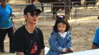 八卦:张丹峰洪欣带女儿骑马 已换男助理