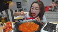 韩国小姐姐吃香肠午餐肉泡菜汤和火鸡面, 配辣泡菜, 真是无辣不欢