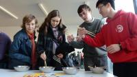 外国人觉得筷子太难, 不可能夹起这个东西, 被中国小学生打脸