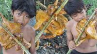 两小孩野外烤鸭子吃, 一人一半很快就啃完了, 吃完满嘴是油