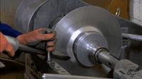 一块铁皮到了工匠手里, 旋转起来就这么压一下, 一个水壶就出来了
