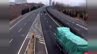 高速路出口, 面包车连续逼两辆大货车下高速, 最后作死