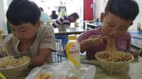 爸爸带俩孩子吃好吃的, 二儿子吃一大碗不过瘾, 把哥哥剩的也吃了