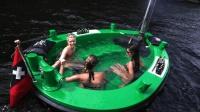 老外将浴缸搬进船里, 边泡澡边聊天, 生活无比惬意