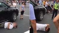 男子当街躺车底碰瓷 演技太差交警都看不过去