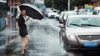 一个街头测试告诉你 雨天飞车溅水有多普遍