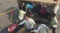 香港机场搬运工暴力扔行李箱 贴易碎标签也照扔