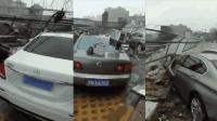 商丘一处围墙遭台风刮倒   十余辆车被砸中