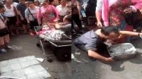 男子扮病人乞讨被揭穿  群众围堵索回爱心款