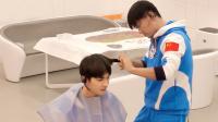 八卦:王宝强为朱正廷剪发 画面超搞笑