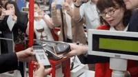 老外到中国超市买东西, 看到手机支付! 一脸不可思议, 这怎么做到的?
