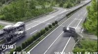 司机低头捡手机酿惨剧 后排乘客飞出身亡