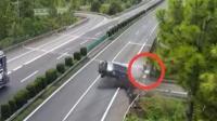 司机低头捡手机致车撞护栏 后排朋友被甩出身亡