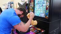 美国壮汉对决扳手腕游戏机, 他能成功通关吗? 太厉害了!