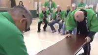 日本秃头吸盘拔河比赛 获奖者已取得4连霸
