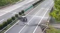 司机高速低头找手机撞护栏致朋友被甩出跌落身亡
