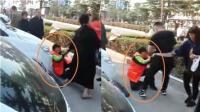 现场: 环卫工制止孩子随地大小便遭其父母当街殴打