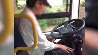 公交司机不系安全带开车玩手机