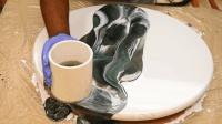 男子自制一个小桌子, 原来是用环氧树脂上色的, 长见识了