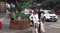 街头两妹子打车奇遇, 滴滴居然来的是自行车不过还是坐了