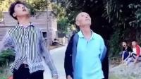 许华升和爷爷走出六亲不认的步伐, 这组合很有范, 许华升自己都笑场了!