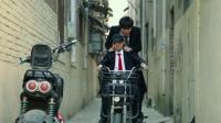 超能黄瓜精彩片段: 知名导演骑着大力神电动车出门, 引起媒体围观