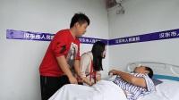 憨头送晕倒的老人去医院, 被女友指责狂骂一通, 结局尴尬了!