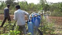 谁说印度人笨? 破旧自行车改装成农业设备, 工作效率翻倍!