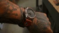 男子翻出一块祖传的手表, 自制一副真皮表带, 带手上还是很拉风的